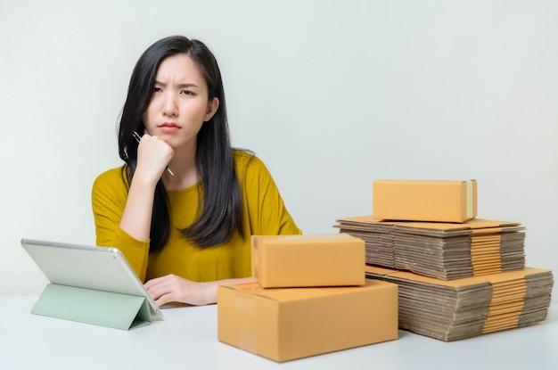 아시아 여성 비즈니스 온라인 시작. 온라인 쇼핑 sme 기업가 또는 프리랜서 작업 개념을 가진 사람들. 배너 크기