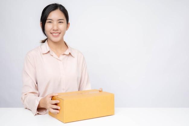 아시아 여성 비즈니스 온라인 시작. 온라인 쇼핑 중소기업 기업가 또는 프리랜서 작업 개념을 가진 사람들.