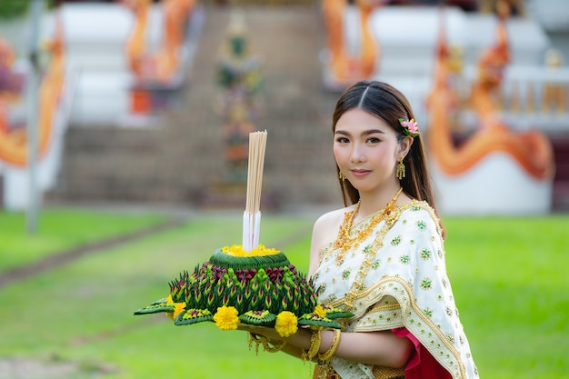 Asia donna in abito tailandese tradizionale attesa kratong loy krathong festival
