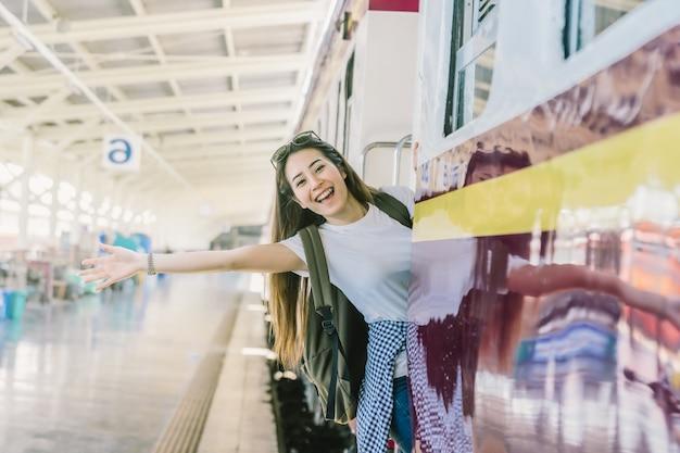 鉄道駅に行く前に幸福を感じるアジアの女性トラベラー