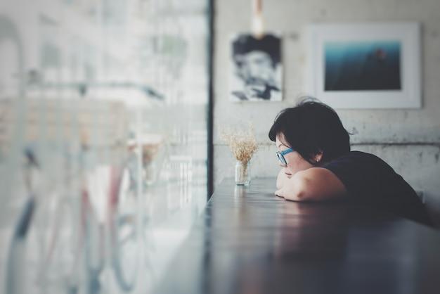 Женщины азии с очками в кафе-кафе