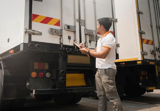 컨테이너 도어 보안을 확인하는 클립보드를 들고 있는 아시아 트럭 운전사 트럭 검사 안전 및 유지 보수
