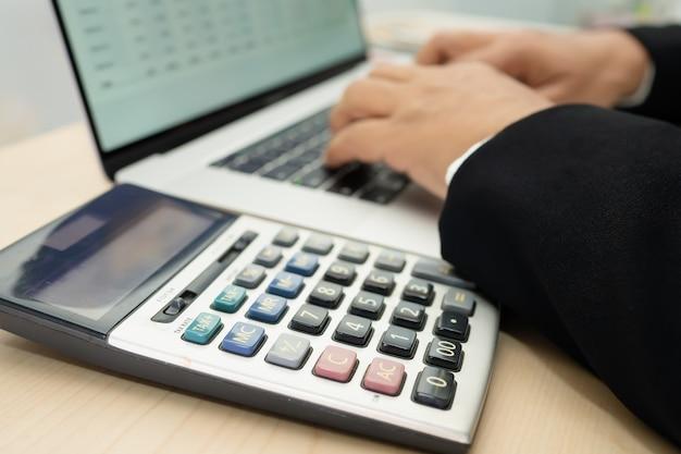 아시아 회계사 작업 및 현대 사무실, 금융 및 비즈니스 개념에서 차트 그래프와 계산기 재무 보고서 프로젝트 회계 분석.
