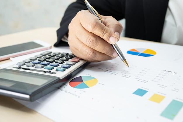 차트 그래프 및 계산기로 재무 보고서 프로젝트 회계 작업 및 분석 아시아 회계사
