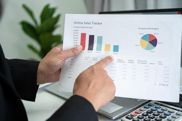 チャートを使用した財務報告プロジェクト会計の作業と分析を行うアジアの会計士