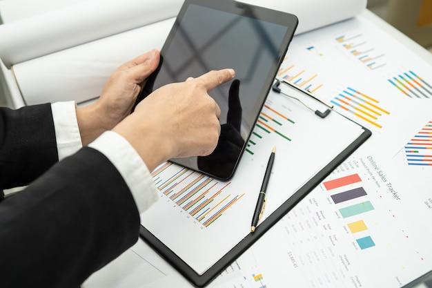 財務報告プロジェクト会計の作業と分析を行うアジアの会計士