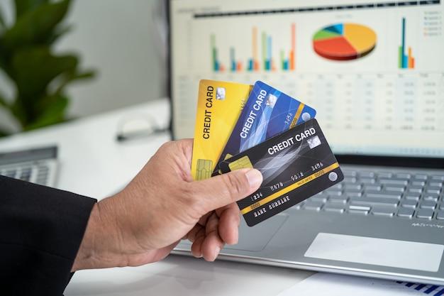 Азиатский бухгалтер работает расчет и анализ проекта отчета