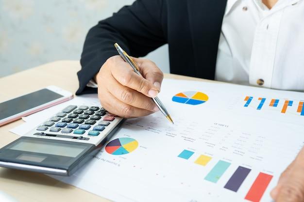 Азиатский бухгалтер работает над проектом финансовых отчетов.
