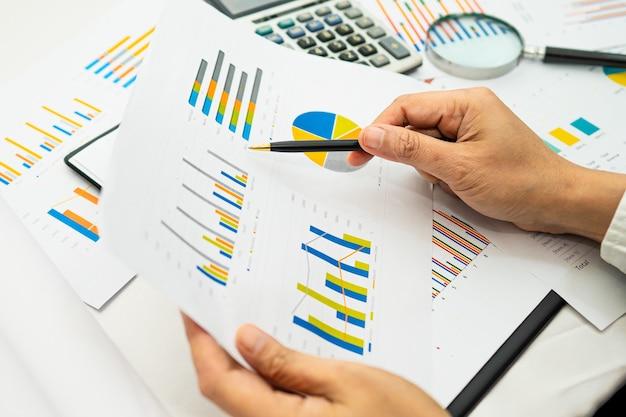 Азиатский бухгалтер рабочий проект бухгалтерского учета с диаграммой.