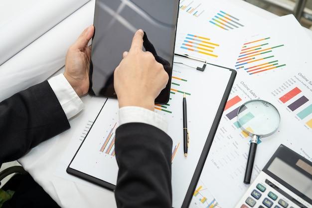 Азиатский бухгалтер рабочий проект бухгалтерского учета с графиком.