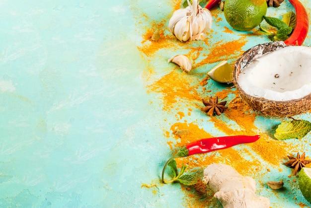 アジア料理とタイ料理、料理の背景。スパイスと材料-ココナッツ、生inger、赤唐辛子、ライム、カレー、ミント、スパイス。