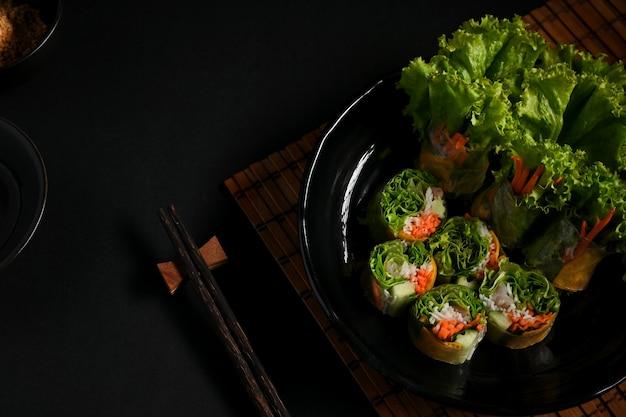 Азиатская закуска вьетнамские спринг-роллы с соусом для макания