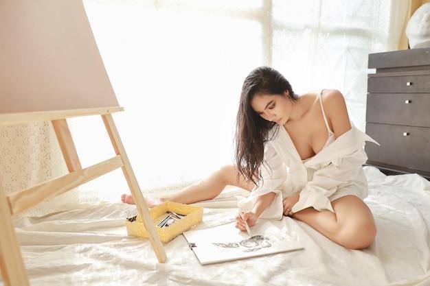 Азиатский художник женщина рисунок рисунок карандашом в гостиной