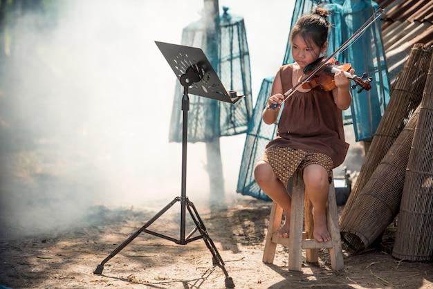 아시아 여자 아기 바이올린 연주