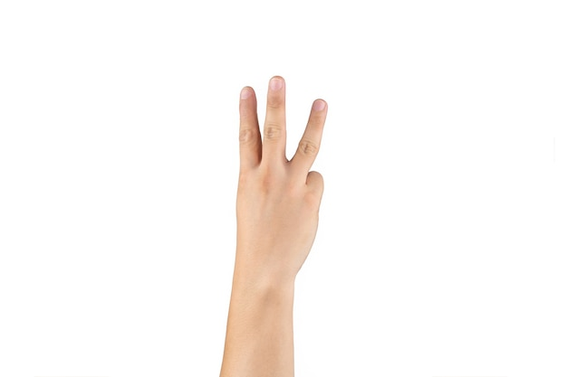 아시아 백핸드는 격리된 흰색 배경에 손가락에 3(3) 기호를 표시하고 계산합니다. 클리핑 패스