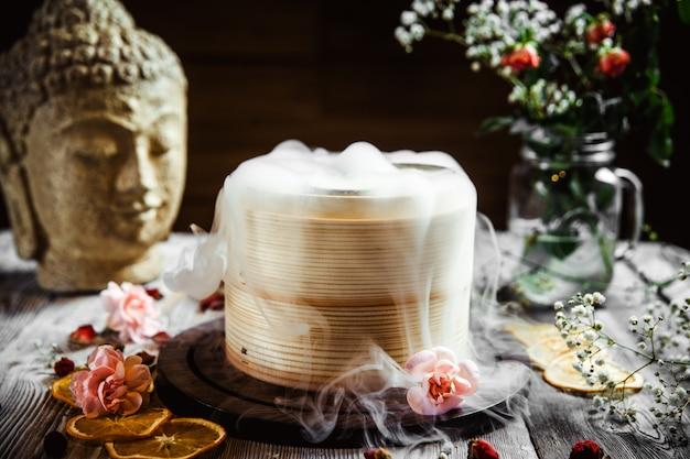 装飾されたテーブルの上のアジアの竹蒸し器