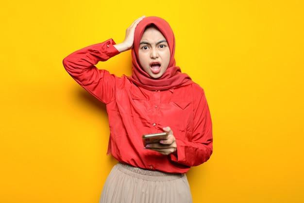 Азиатская красивая женщина с растерянным лицом в хиджабе