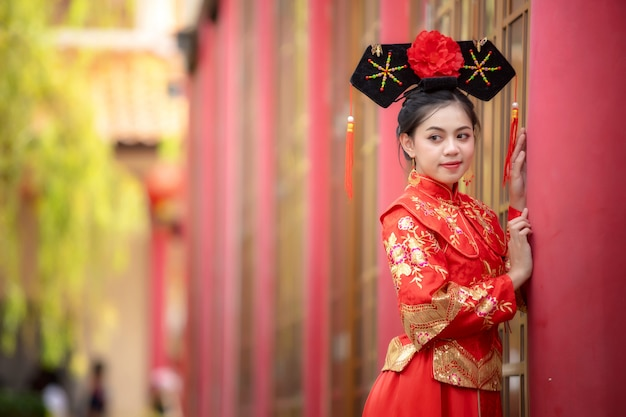 Азиатская красивая молодая женщина нося платье невесты традиционного китайския, китайский новый год.