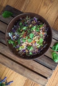 白いボウルに野菜とナッツのアジアンビーフサラダ