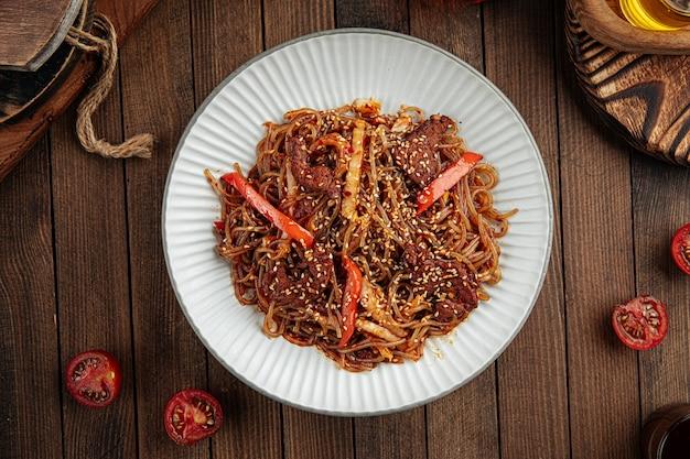 Азиатская говяжья лапша соба с перцем и кунжутом