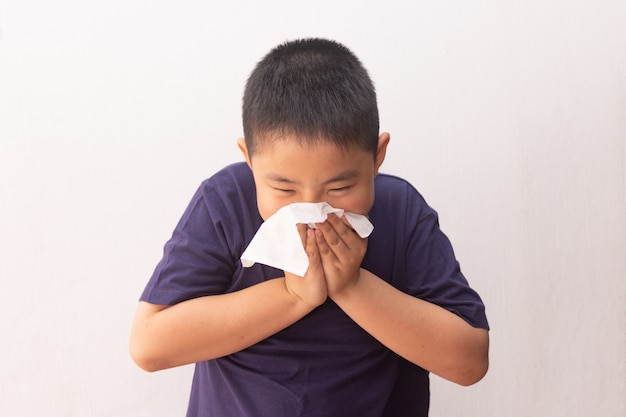 콧물을 불고 아시아 소년 감기 독감 질병 조직