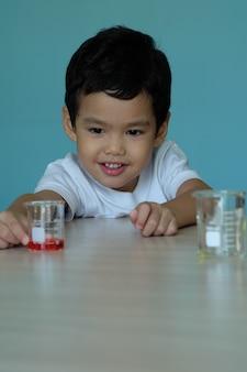 Азиатский мальчик в лаборатории