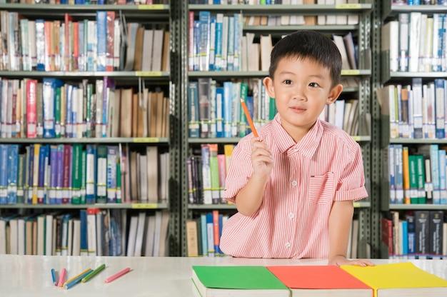 도서관 방 학교에서 아시아 소년