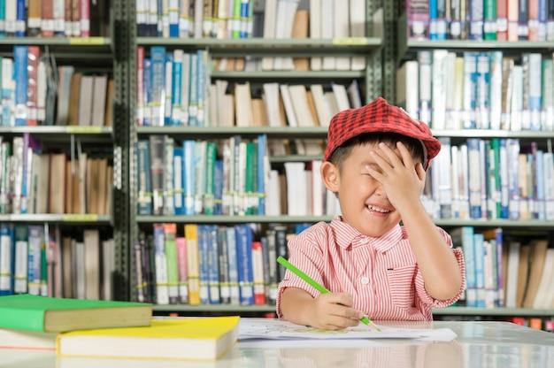 図書室の学校でアジアの男の子