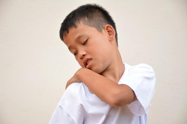 Азиатский мальчик с зудящей кожей