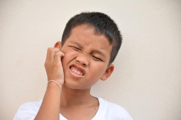 Кожа азиатского мальчика на шее