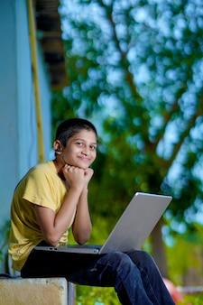 Азиатский мальчик, использующий портативный компьютер для домашнего обучения онлайн во время домашнего карантина. домашнее обучение, онлайн-обучение, домашний карантин, онлайн-обучение, вирус короны или концепция образовательных технологий