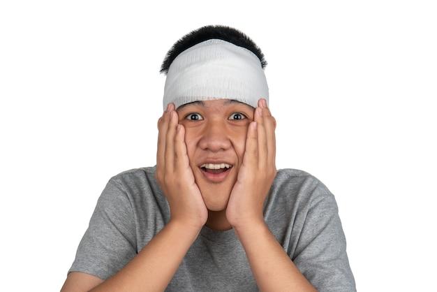 アジアの少年は頭に包帯を巻いたり、大声で叫んだり、虐待した人を怖がらせたりします。
