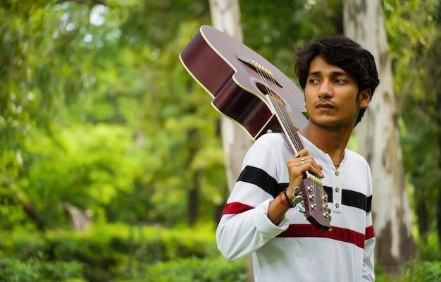Азиатский мальчик с красивой гитарой
