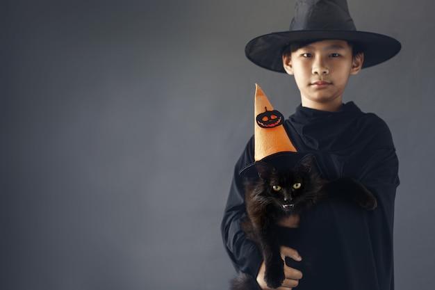 Азиатский мальчик со своим питомцем в костюме хэллоуина