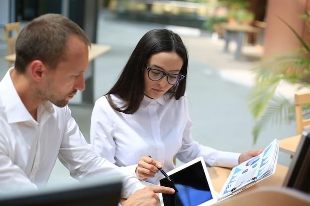Встреча азиатских бизнес-консультантов для анализа и обсуждения ситуации с финансовым отчетом в конференц-зале. консультант по инвестициям, финансовый консультант, финансовый консультант и концепция бухгалтерского учета.