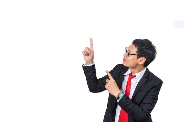 흰색 격리된 배경에서 흥분하고 손가락을 가리키는 아시아 사업가