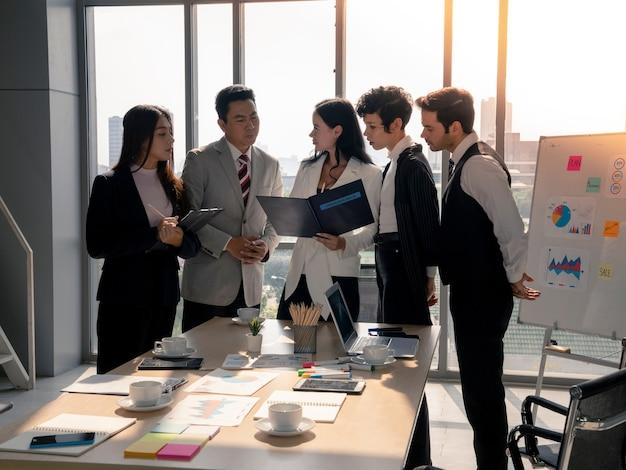 아시아 사업가와 비서는 사무실에서 사려 깊은 얼굴, 다양성 팀워크, 비즈니스 분석 및 전략 개념으로 백인 비즈니스 여성 파트너 프레젠테이션을 듣고 있습니다.