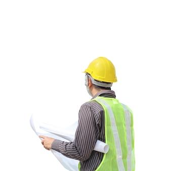 アジアのビジネスマン建設エンジニアは、クリッピングパスと白い背景で隔離の青写真紙を保持します。