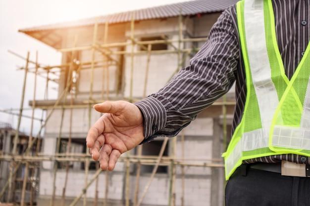 Азиатский деловой человек инженер-строитель на строительной площадке дома