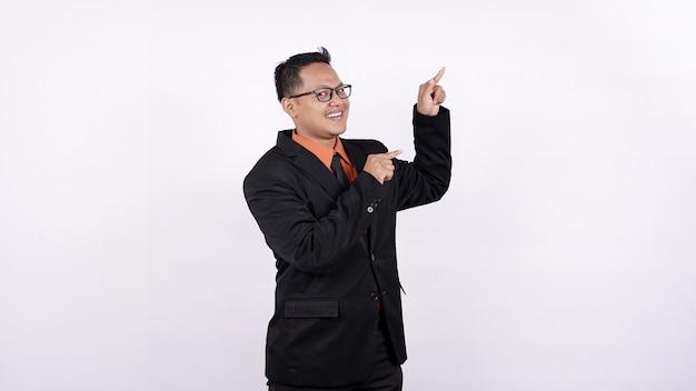 アジアのビジネスマンは、空白のスペースの孤立した白い背景を指摘