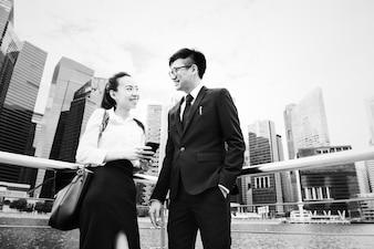 都市のアジアのビジネスマン