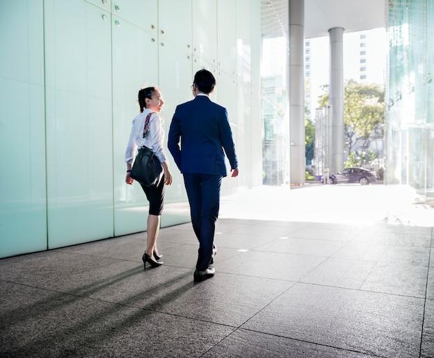 걷는 동안 토론하는 아시아 사업가
