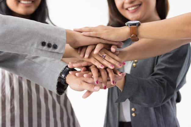 Азиатские бизнесмены сложили руки