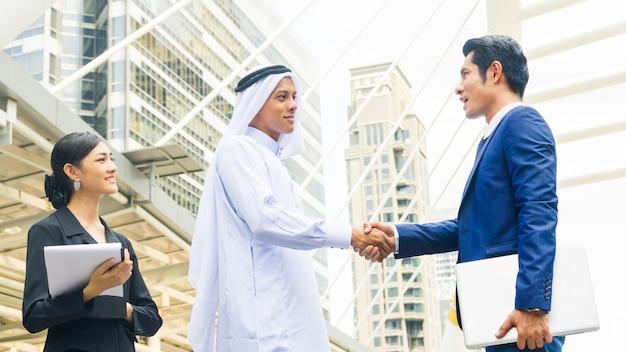 아시아 비즈니스 사람들이 스마트 악수