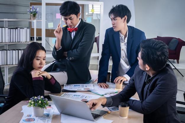 社内にいる多様な性別(lgbt)の労働者を持つアジアのビジネスマン