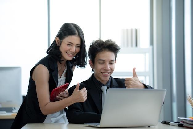 사무실에서 covid19 격리 상황 동안 화상 회의 회의에서 노트북으로 아시아 비즈니스 엄지 손가락