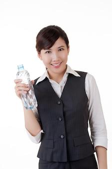 水を飲むアジアのビジネスウーマン
