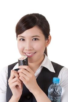 초밥을 먹고 물 한 병을 들고 아시아 비즈니스 우먼 프리미엄 사진