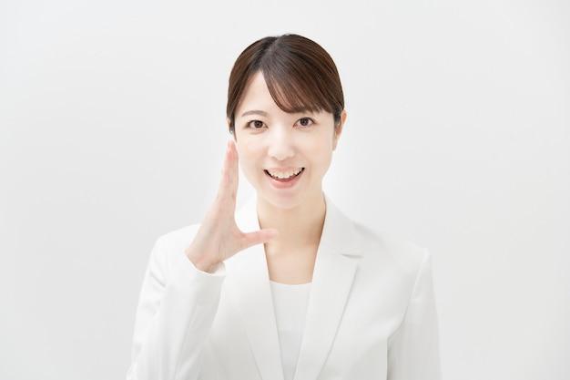 笑顔で応援ポーズでアジアのビジネスウーマン