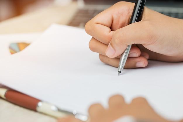 아시아 비즈니스 여성 관리자 확인 및 서명 서류를 작성하는 신청자